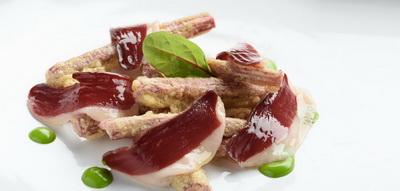 Pencas rojas rebozadas con jamón de pato