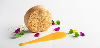 Bloc de foie gras con guirlache de sésamo y emulsión de mandarina