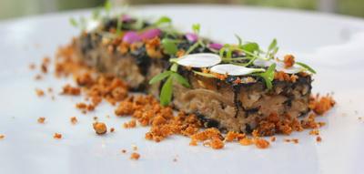 Milhojas escabechado de pato y nabo, chicharrones y lascas de foie gras al carbón