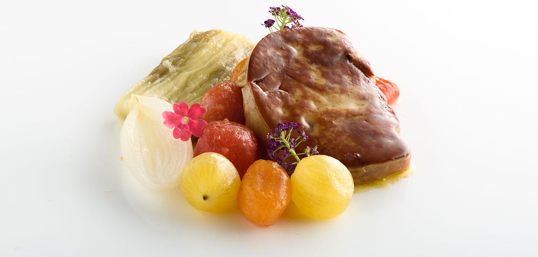 Escalivada con jamón de pato y foie gras a la plancha