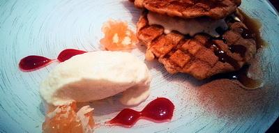 Gofre de pato con salsa de su jugo con chocolate y helado de manzana y patxaran