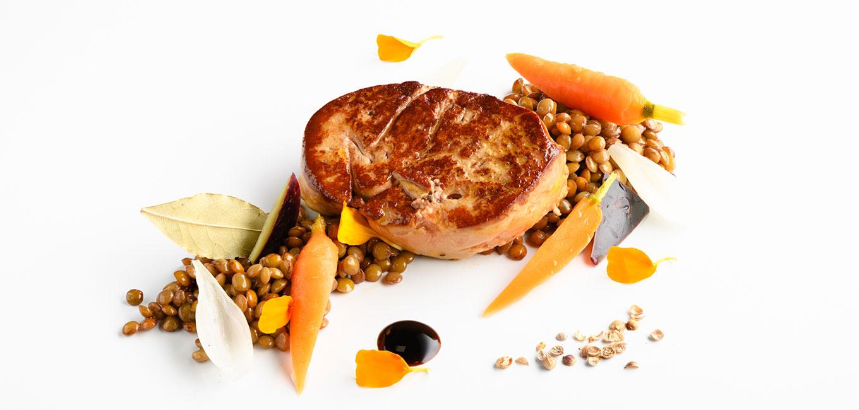 Foie gras de pato asado con escabeche de lentejas y verduras crocantes