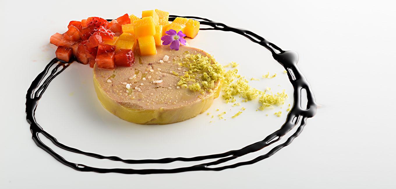 Foie gras con mango, fresas y pistachos