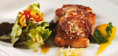 Magret de pato relleno de foie gras con puré de patatas y mousse de hongos