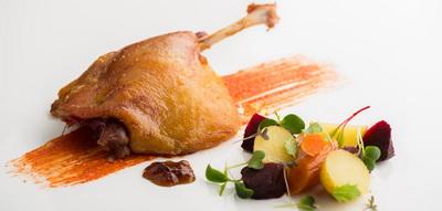 Pato a la mostaza con romescu, ensalada de raíces, y Pedro Ximenez