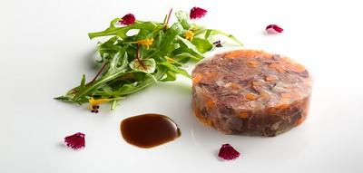 Terrina de carne de pato con brote de zanahoria y mostaza