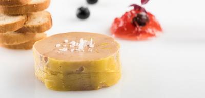 Rulo de foie gras con jalea de pacharán y endrinas