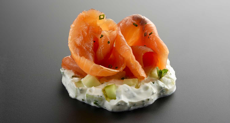Tzatziki con salmon ahumado y cereales suflados