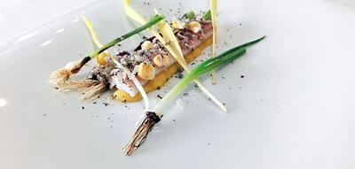 Anguila ahumada, crema de foie gras y maiz, brotes de maiz tiernos, micro puerros soasados y trufa de verano