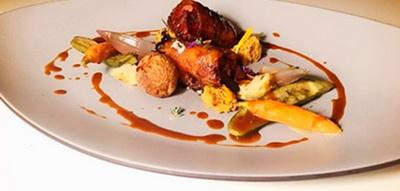 Canelón de piel de pato crujiente y su guiso con nueces a la miel, buñuelo de foie al Brandy de Jerez, verduritas glaseadas y toques de trufa y cacao