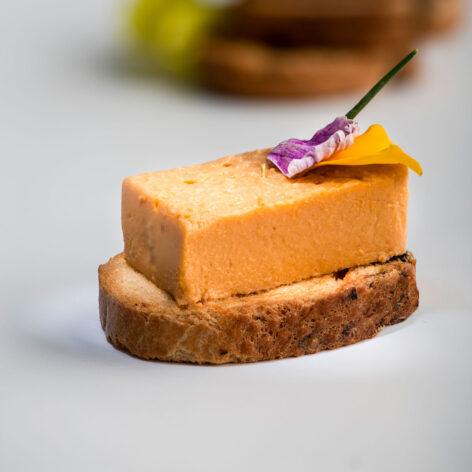 pastel de salmón sobre tostada MARTIKO